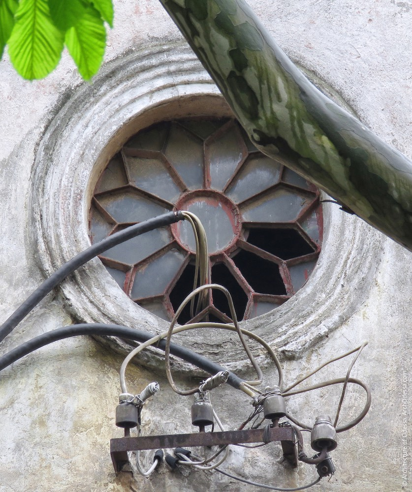 Слуховое окно на фронтоне главного фасада (вероятно, 1950-е г.г.)