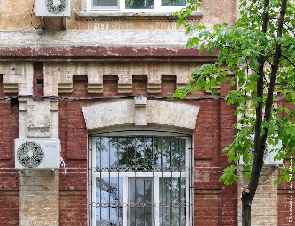 Фрагмент отделки первого этажа главного фасада