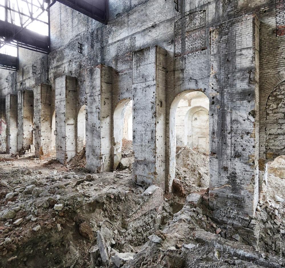 Внутрішній вигляд правобічного (при погляді від ковальсько-ливарних майстерень) цеху, фрагмент фрагмент бічної стіни у вигляді аркадной системи