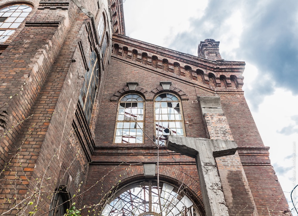 Фрагмент фасаду з боку Горбатого моста, вигляд знизу вгору