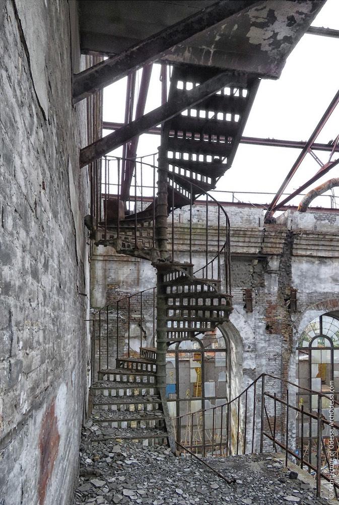 Одні з гвинтових сходів, вигляд з балкона другого ярусу