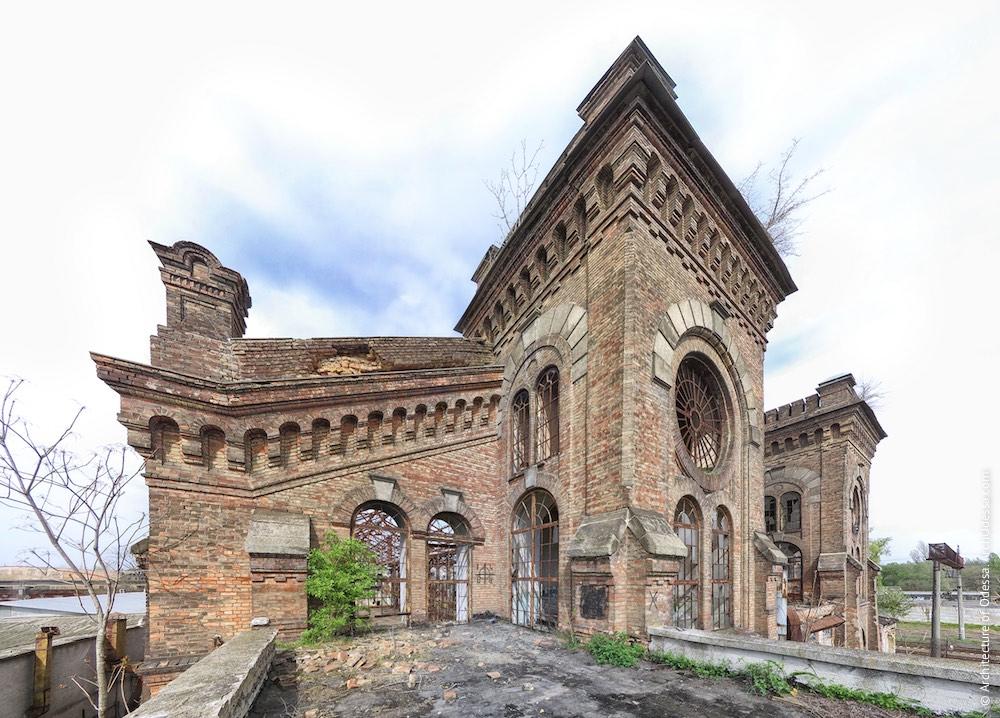 Верхні яруси ризалітів з боку станції Одеса-Мала