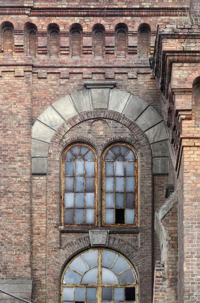 Бічні вікна одного з ризалітів з боку Горбатого моста