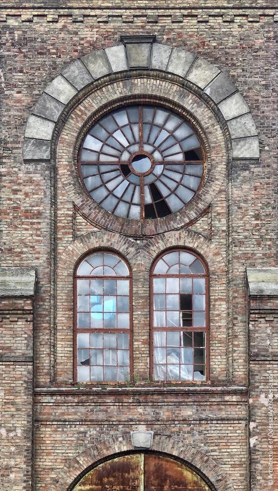 Вікна одного з ризалітів з боку станції Одеса-Мала
