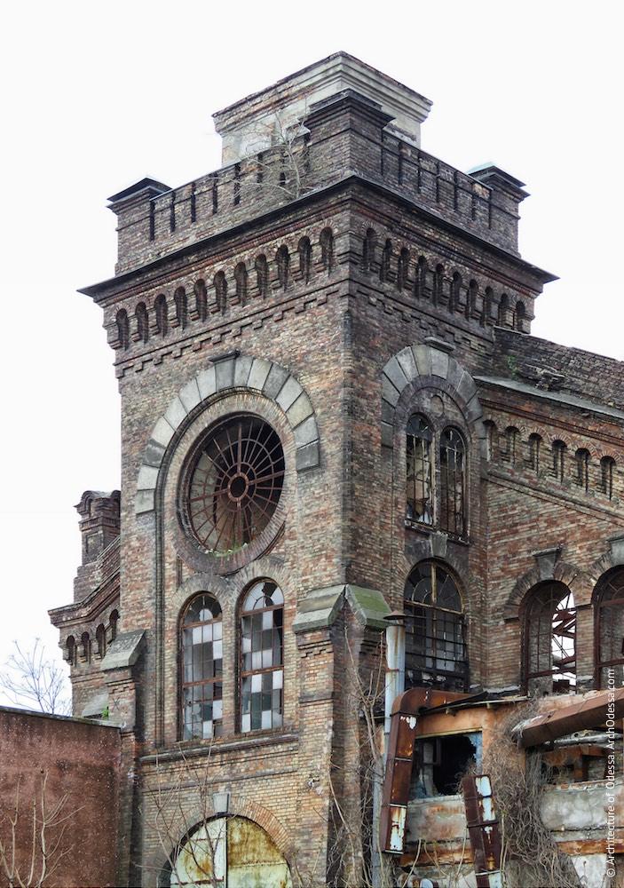 Верхній ярус одного з ризалітів з боку станції Одеса-Мала