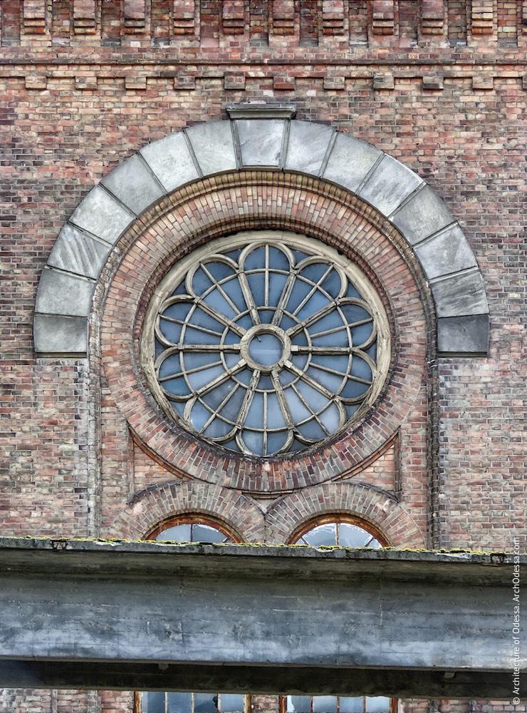 Вікно-троянда одного з ризалітів з боку Горбатого моста