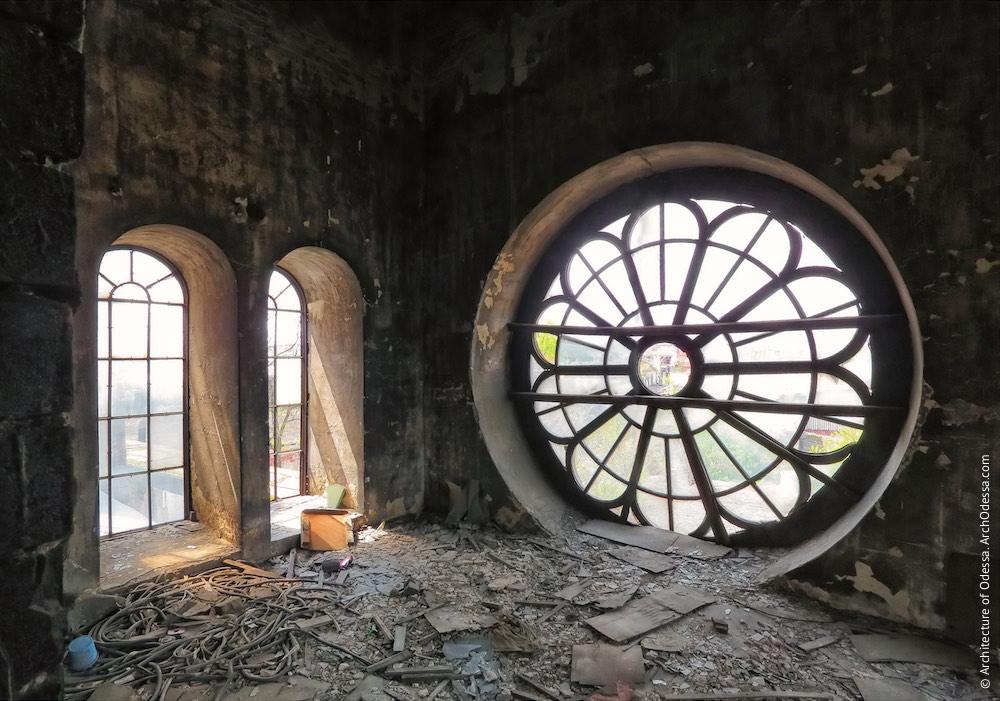 Інтер'єр приміщення другого ярусу одного з ризалітів з боку Горбатого моста