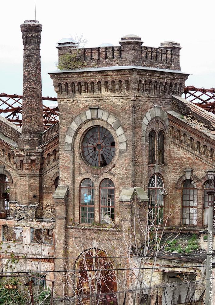Верхній ярус одного з ризалітів з боку станції Одеса-Мала і труба