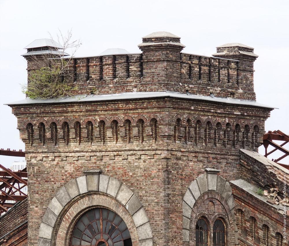 Карниз одного з ризалітів з боку станції Одеса-Мала