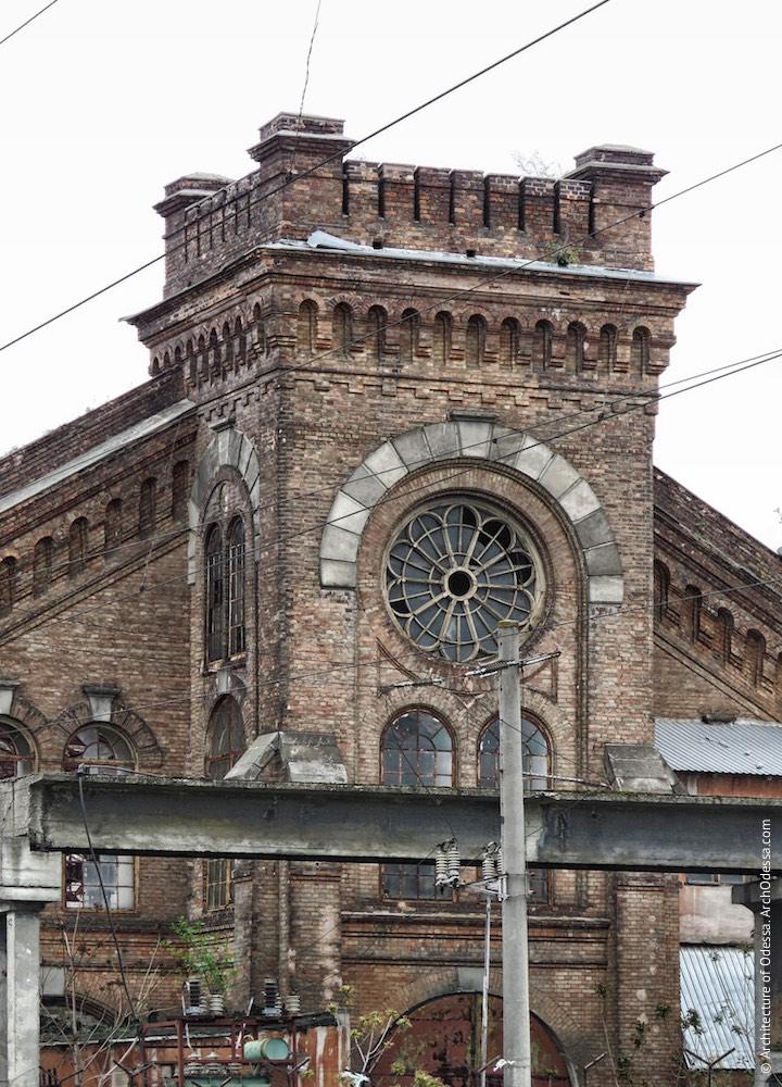 Верхній ярус одного з ризалітів з боку Горбатого моста