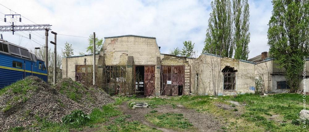 Загальний вигляд з боку станції Одеса-Мала, праворуч розташоване адміністративне крило