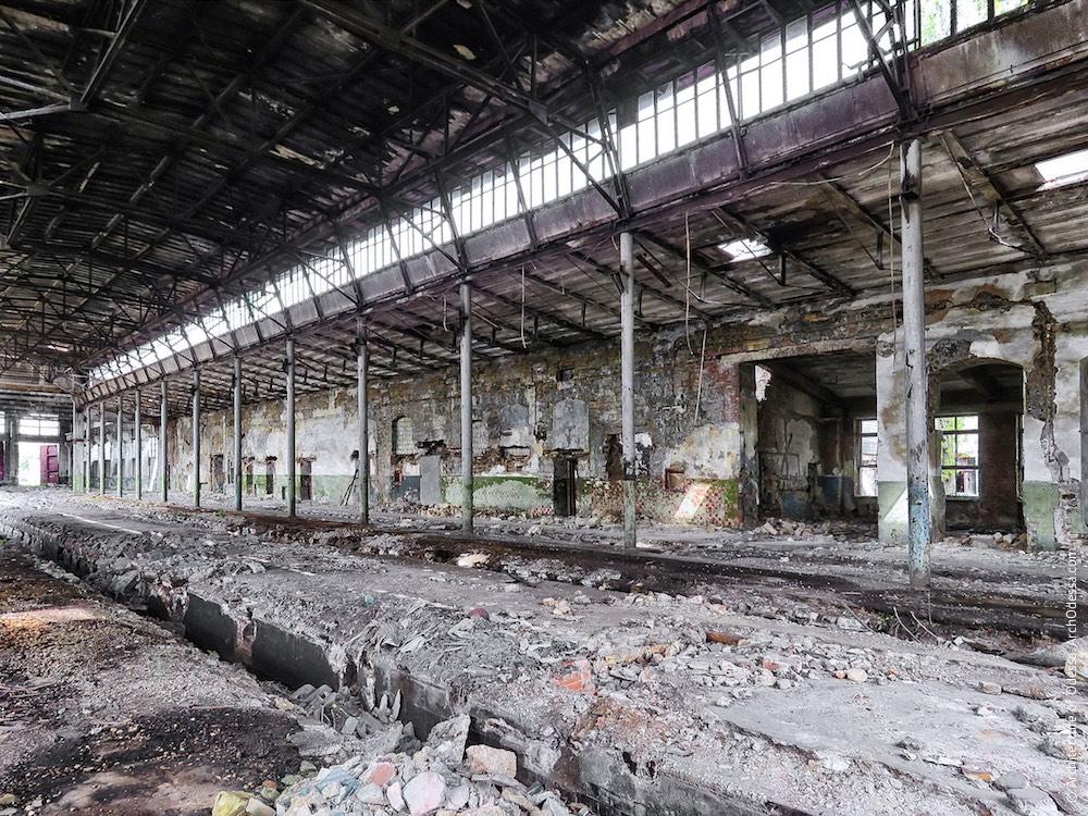 Внутрішній вигляд старої частини депо, стовпи