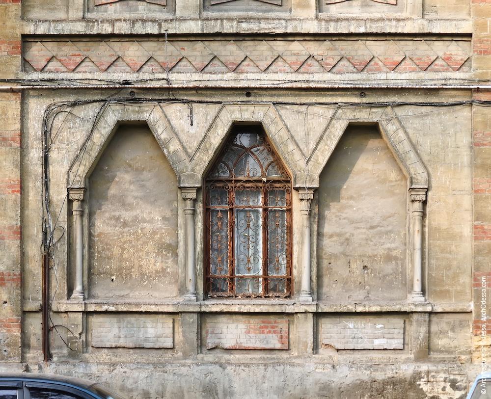 Вікна першого поверху в центральному ризаліті, загальний вигляд