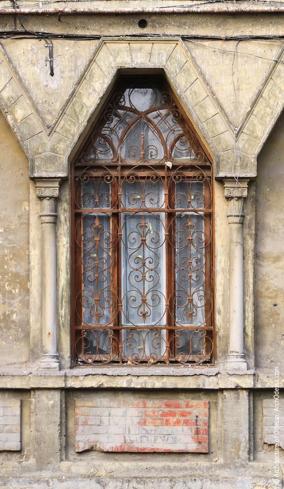 Центральне вікно першого поверху