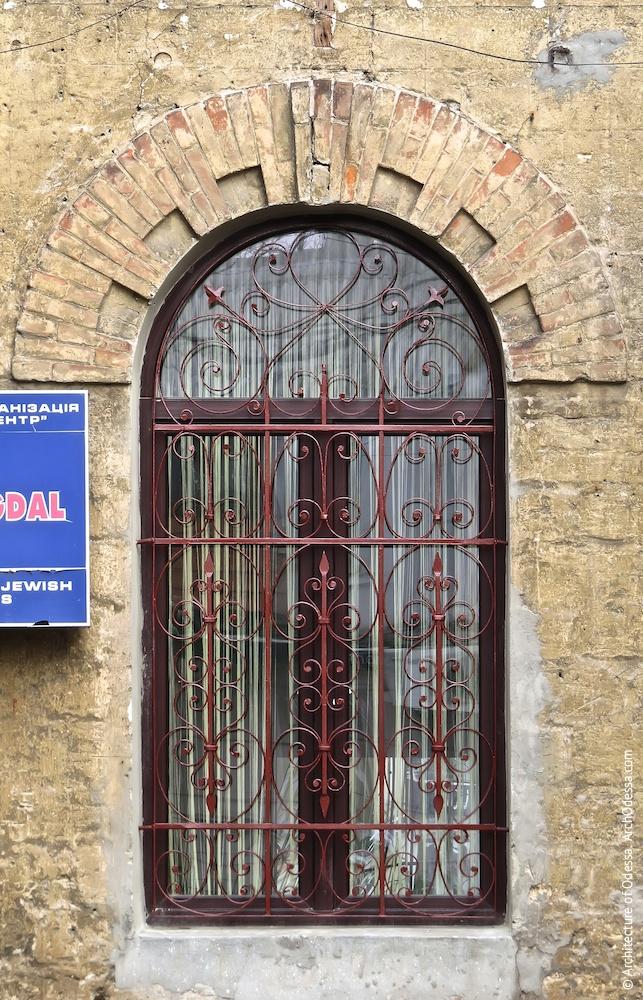 Вікно на першому поверсі бічного фасаду