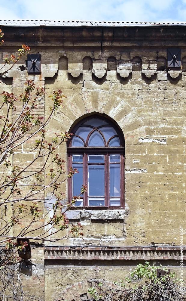 Вікно на другому поверсі бічного фасаду і карниз