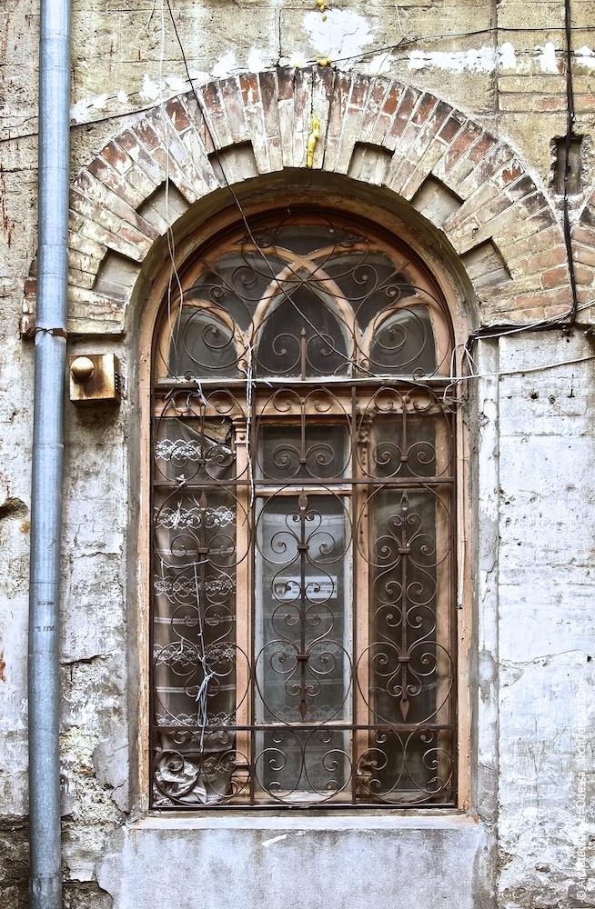 Вікно на першому поверсі ліворуч від входу, що зберегло оригінальну палітурку