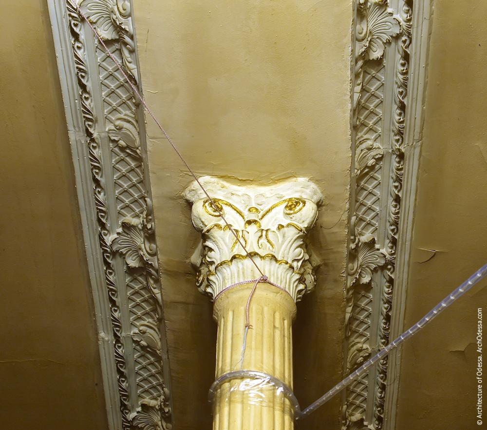 Капітель колони і фрагменти карниза