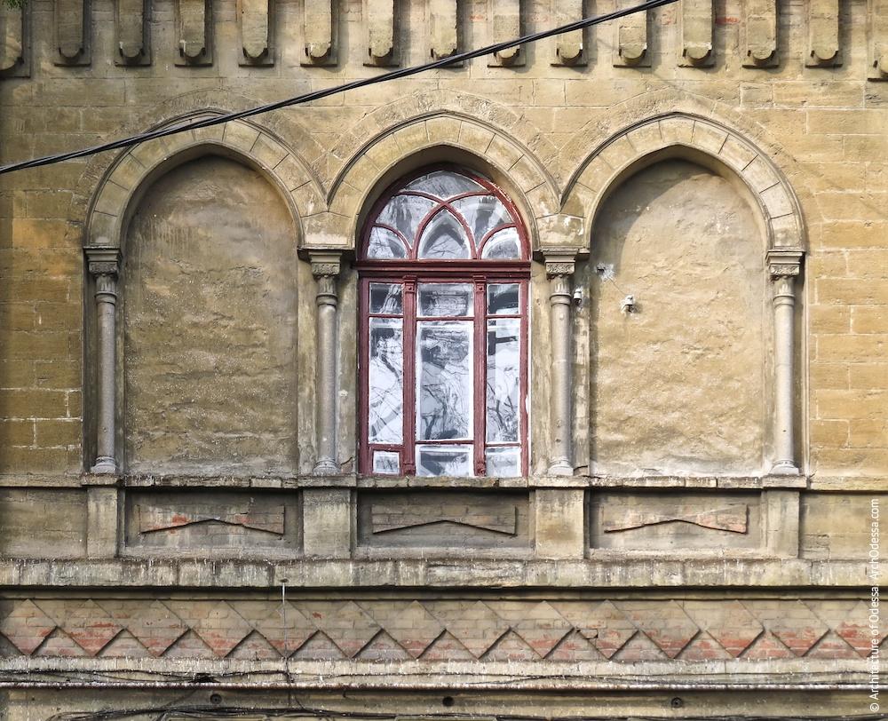 Вікна другого поверху в центральному ризаліті, загальний вигляд