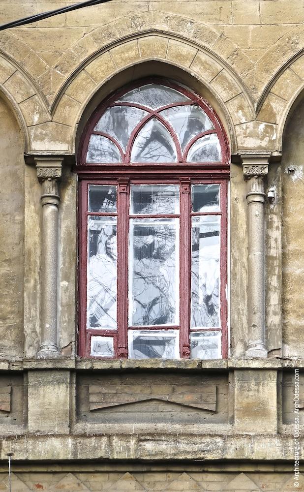 Центральне вікно другого поверху