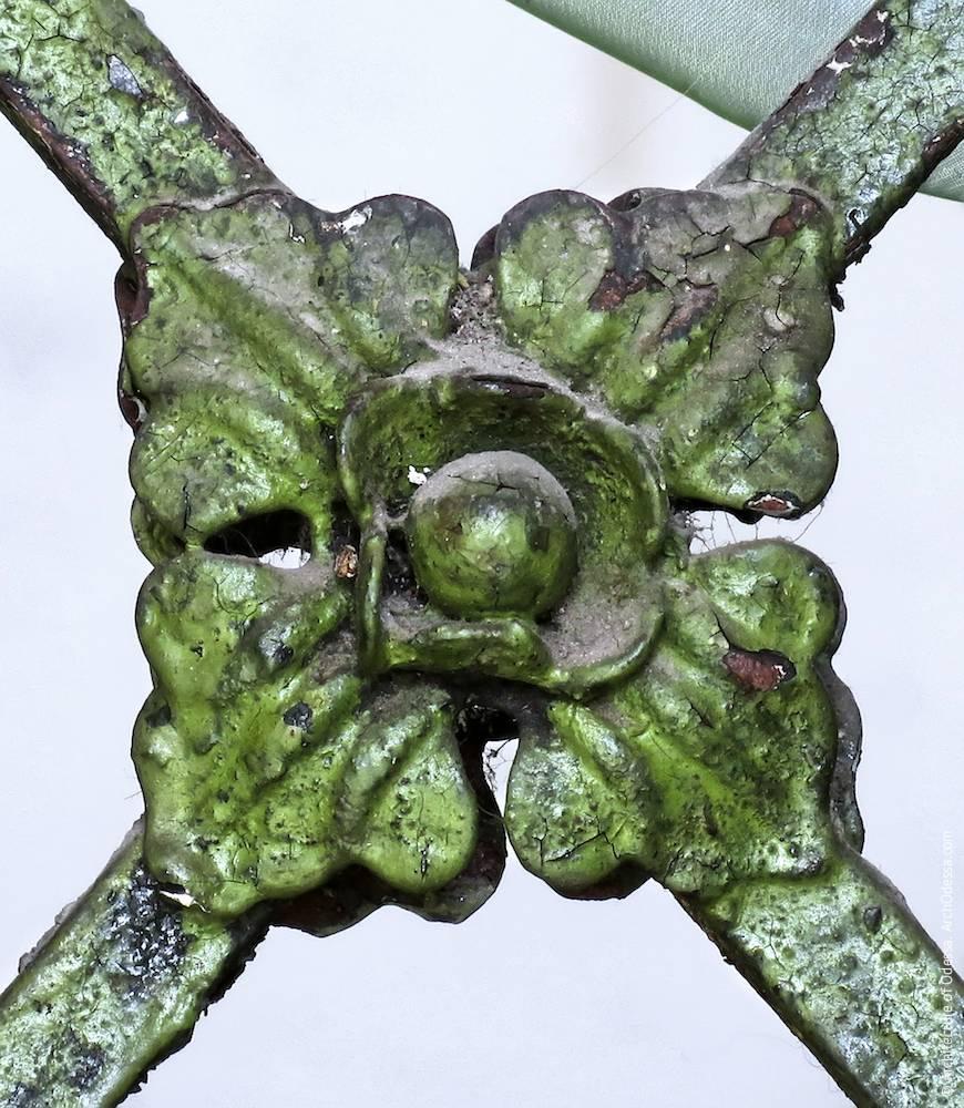 Декоративна деталь, на перехресті в центрі секції