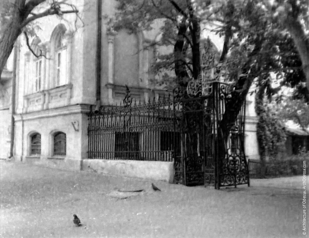 Лівобічна частина огорожі на фото Володимира Георгійовича Нікітенко, 1970-ті роки