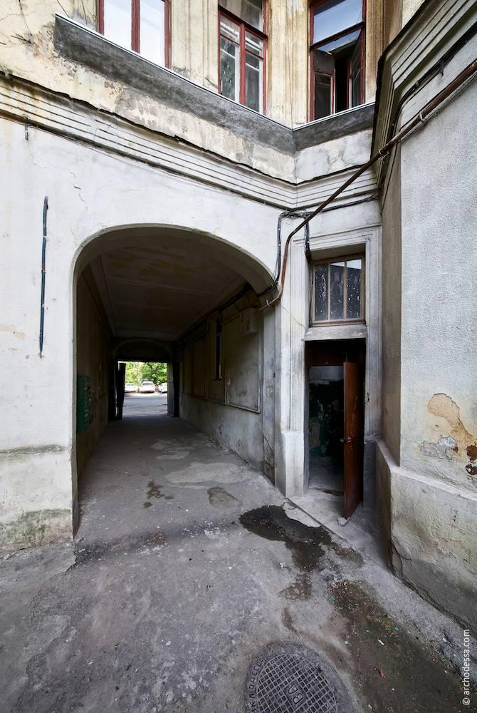 Вигляд з боку двору на арку проїзду і вхід в під'їзд