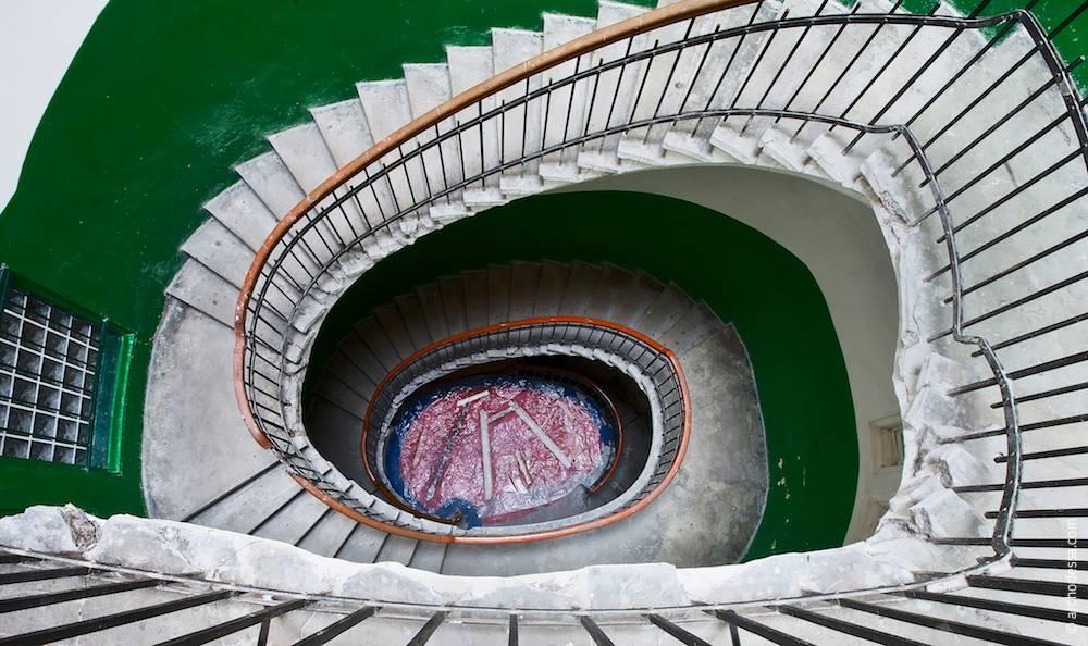 Вигляд згори вниз з майданчика третього поверху