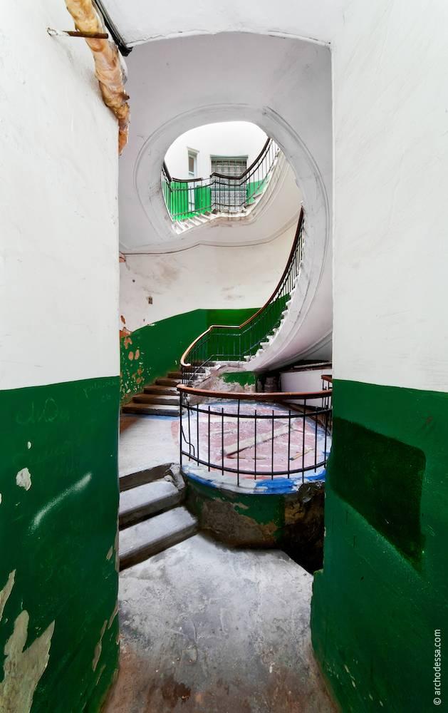 Вигляд з вестибюля на сходову клітку