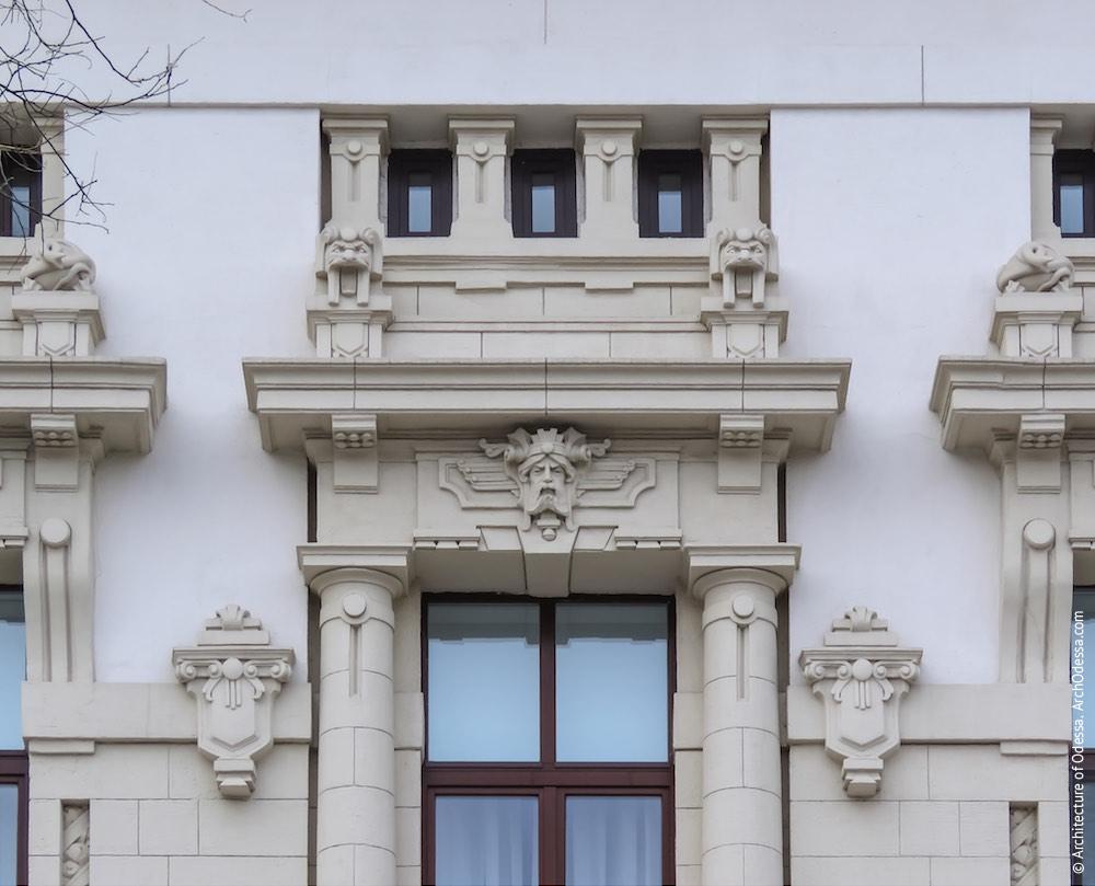 Сандрик центрального вікна