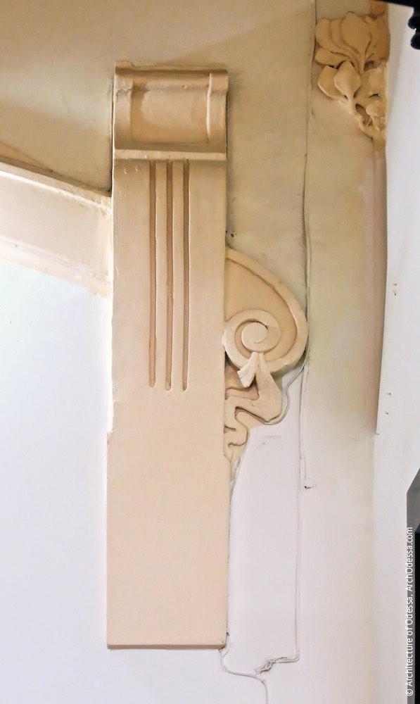 Консоль навершя заставленого дверного отвору