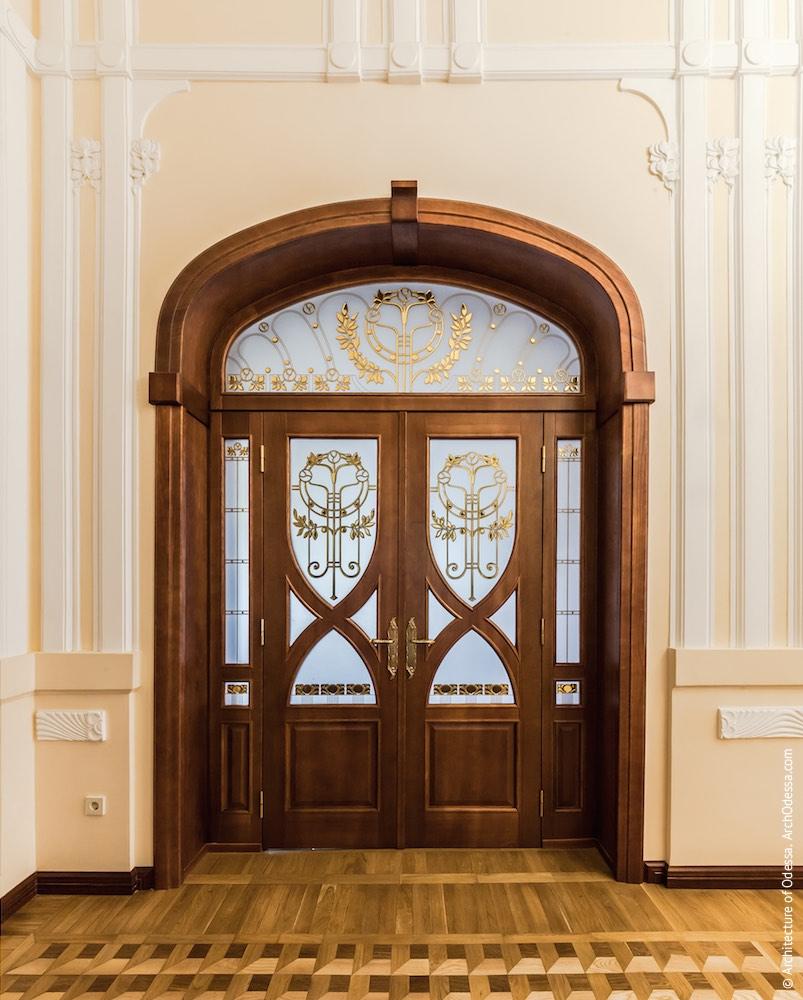 Коридор-галерея другого поверху, одна з дверей