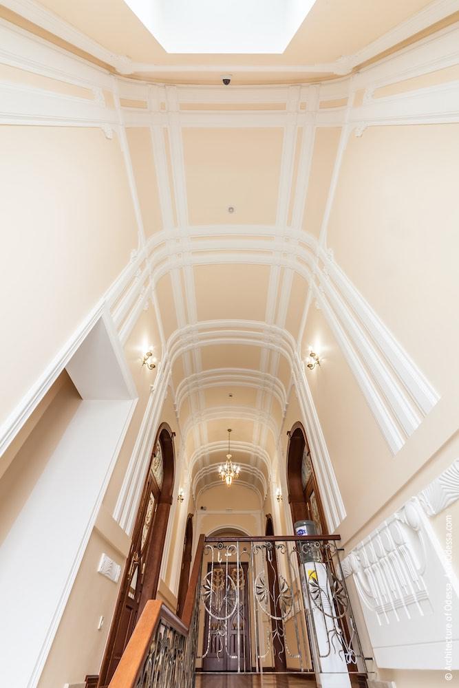 Коридор-галерея другого поверху, вигляд зі сходів на стелю