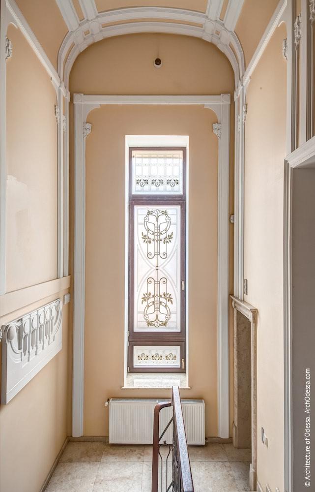 Коридор-галерея другого поверху, світлове вікно сходів