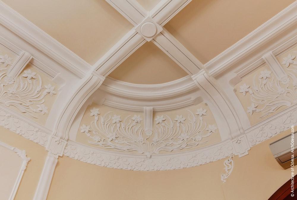 Один з овальних залів другого поверху, сегмент карниза