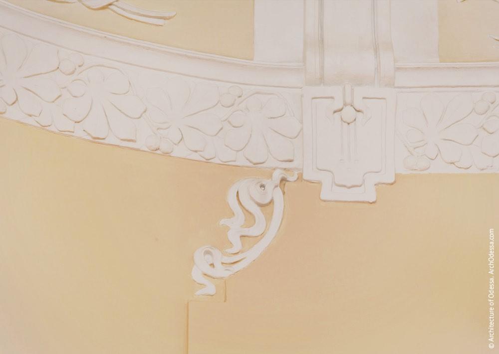 Один з овальних залів другого поверху, фрагмент ліпної обробки