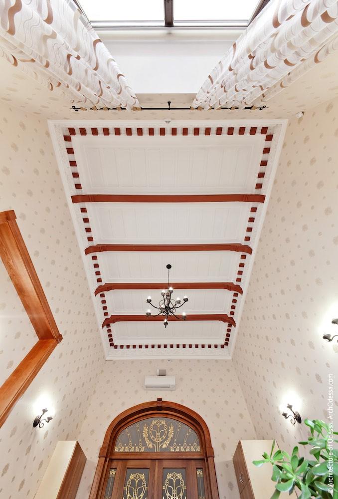 Стеля одного з залів другого поверху з дерев'яними балками