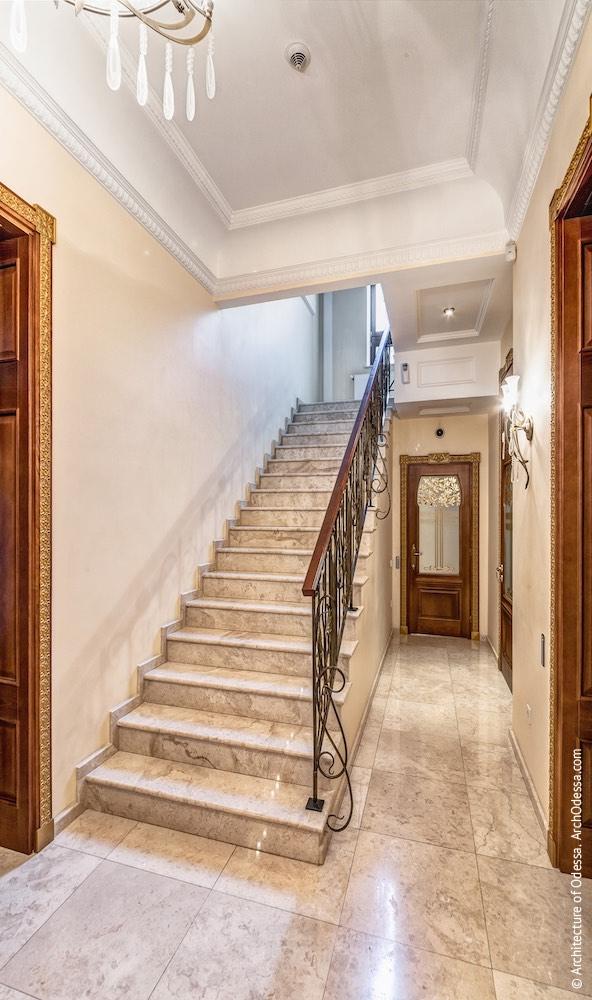Додаткові сходи, що ведуть з першого поверху на галерею другого