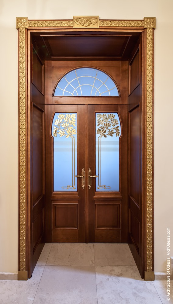 Одна з дверей
