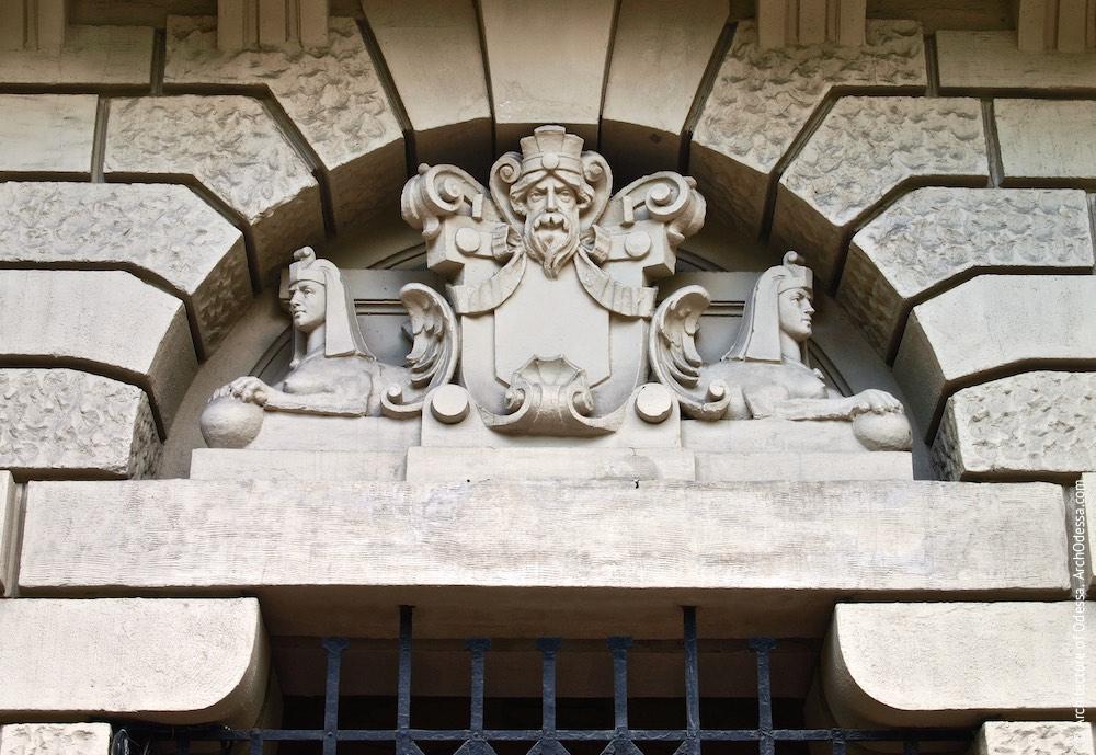 Скульптурна композиція над аркою проїзду, загальний вигляд