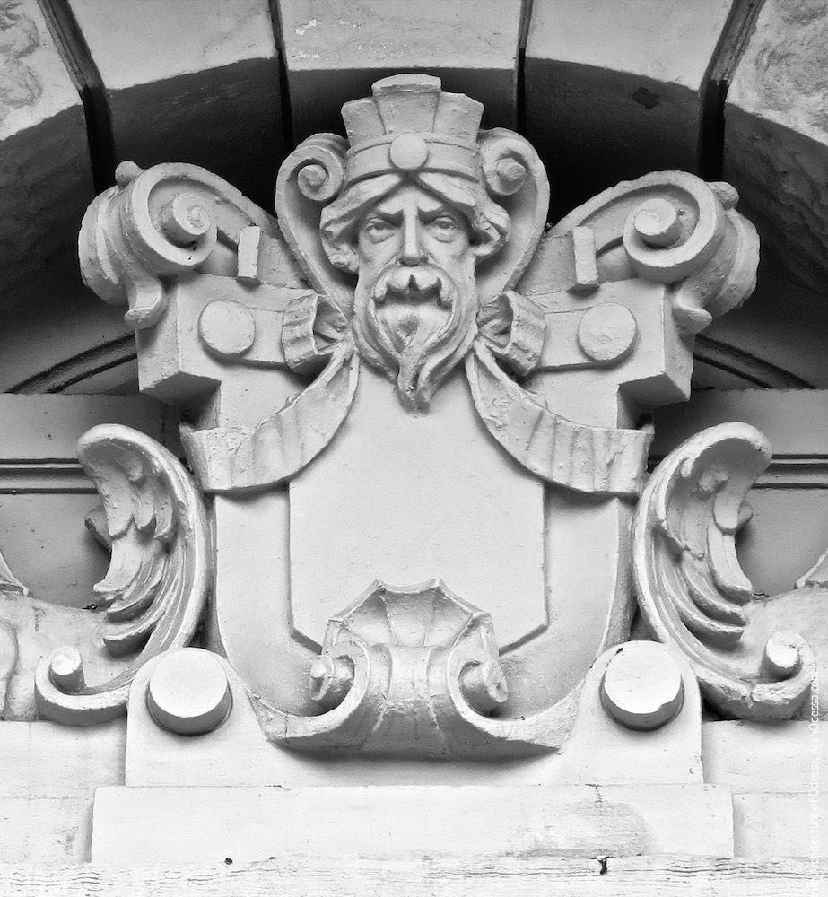 Скульптурна композиція над аркою проїзду, центральний елемент