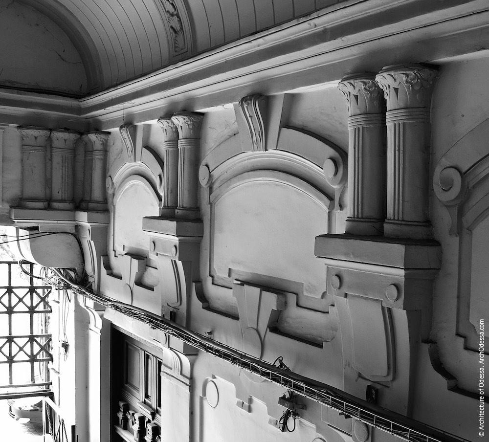 Обробка верхньої частини одного з прольотів арки