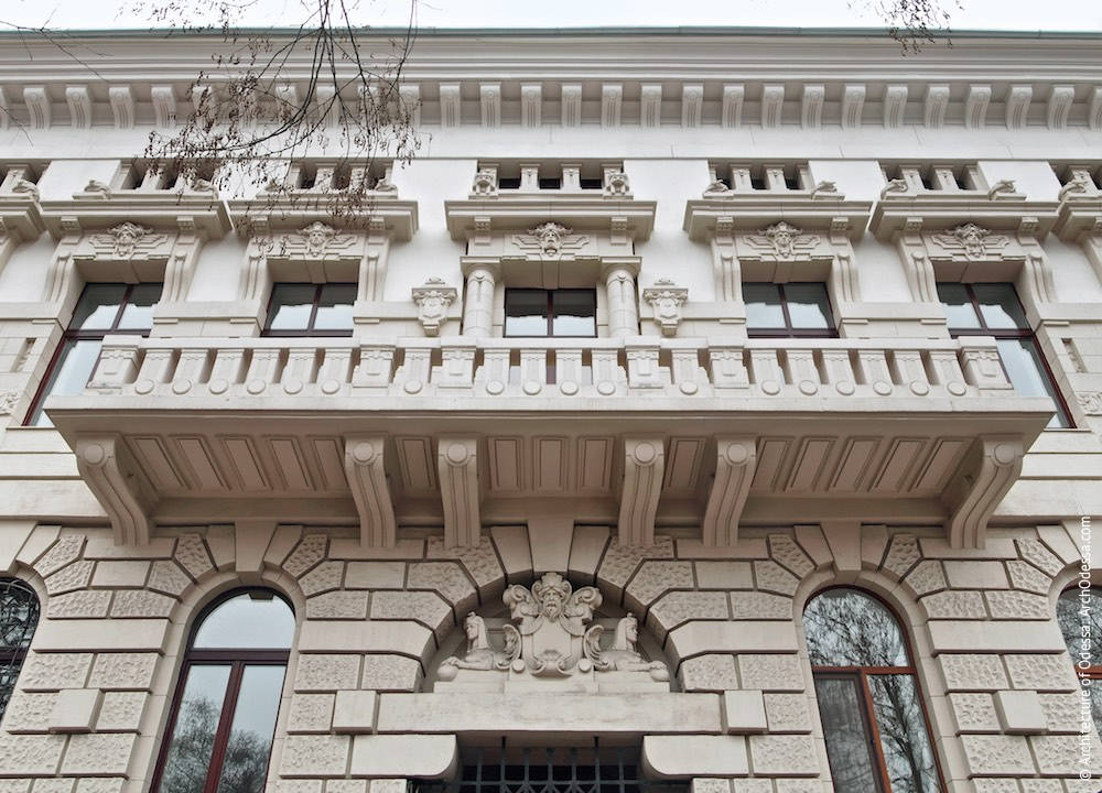 Балкон і три центральних вікна, загальна композиція, вигляд знизу вгору