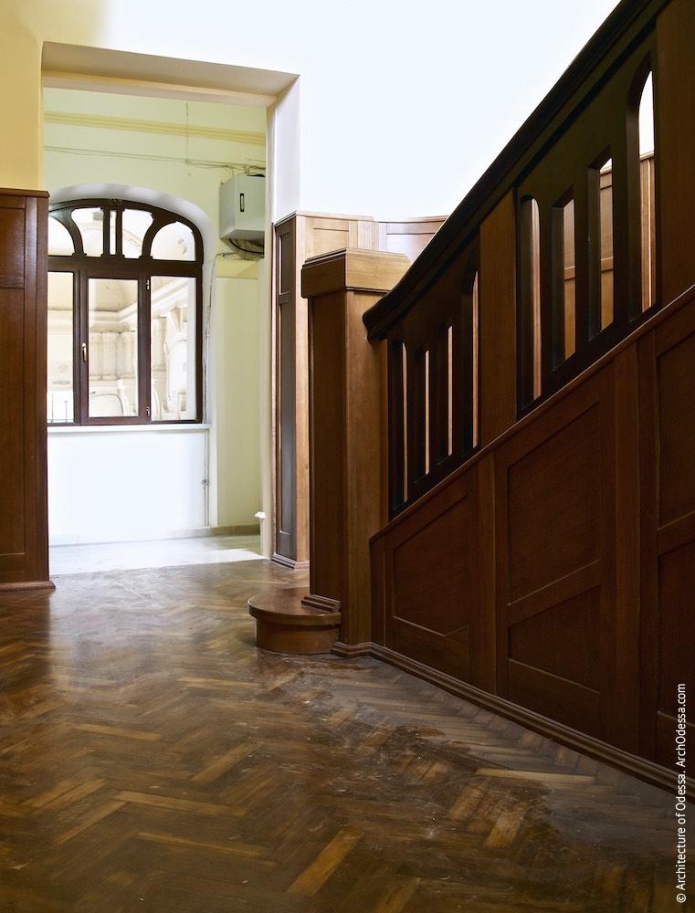 Вигляд сходів і входу у вестибюль