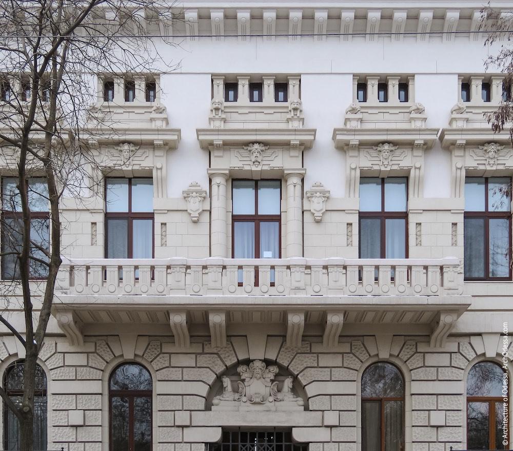 Балкон і три центральних вікна, загальна композиція