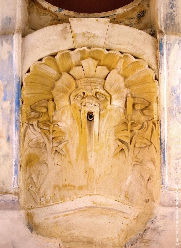 Залишки декоративного фонтану (до реставрації)