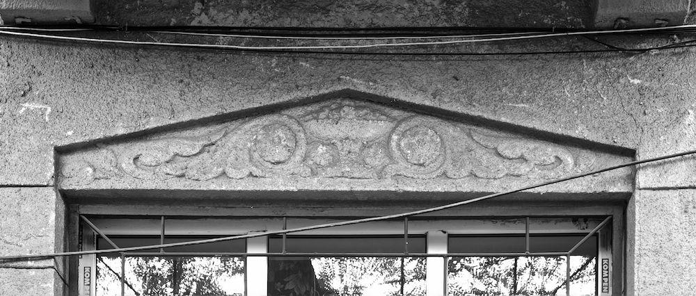 Lambris – corniche de porte au-dessus des fenêtres de la rizalite du côté de la rue.