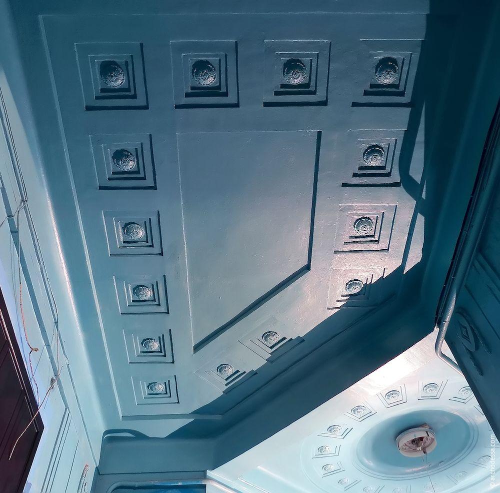Потолок вестибюля правостороннего подъезда, общий вид
