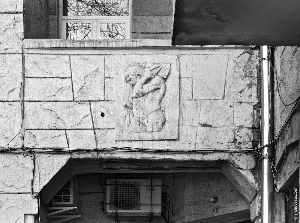 Rembarde de loggia du premier étage avec un bas-relief dans le centre