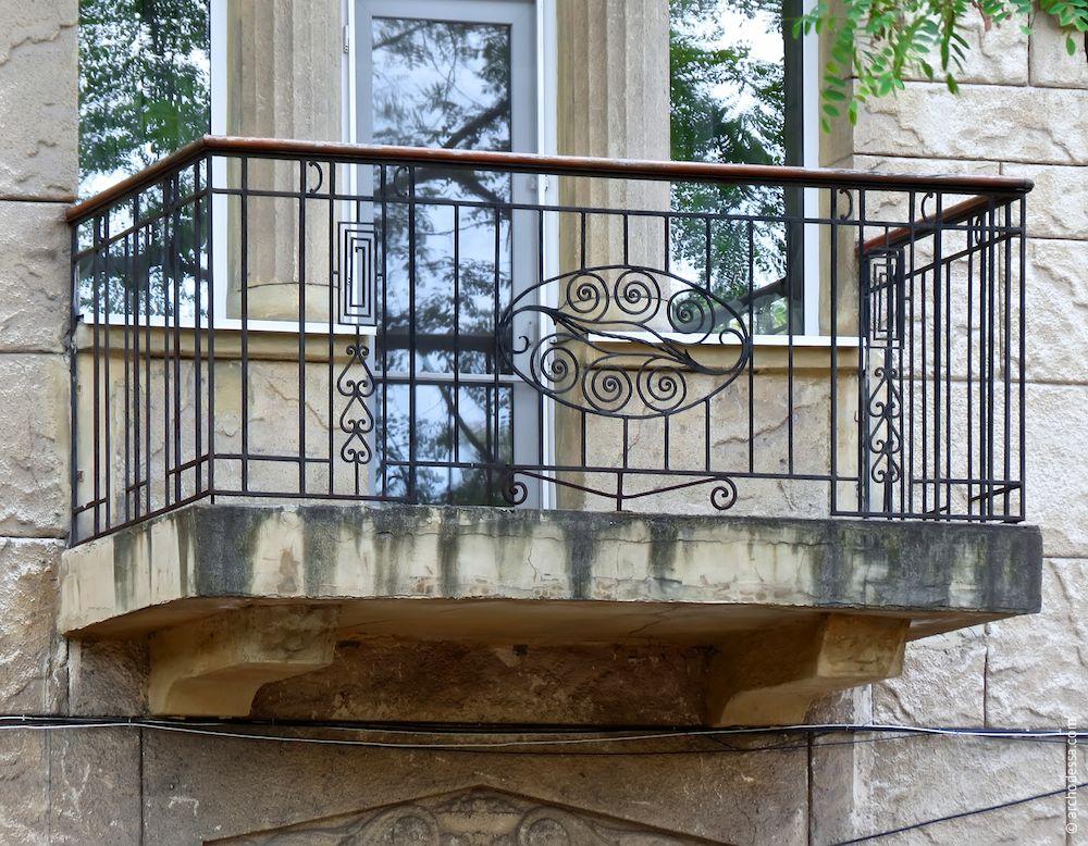 Balcon refait du coté de la rue (rizalite droite)